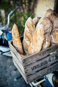 Fresh loaves and cute crates - SO dreamy!
