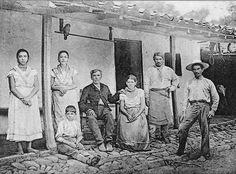 Postal de 1907 sobre la Familia Campesina Costarricense.