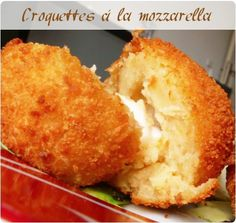 Pour 12 croquettes : 500g de pommes de terre 80g de parmesan râpé 1cs de pesto rosso 12 billes de mozzarella sel et poivre 1 oeuf battu 1 assiette de farine 1 assiette de chapelure Veggie Recipes, Vegetarian Recipes, Cooking Recipes, Appetizer Recipes, Beignets, Salty Foods, Weird Food, Finger Foods, Love Food