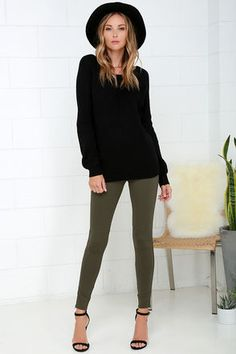 Who says dressy can't be cozy? With the Hold Your Gaze Olive Green Leggings you can have both! Medium-weight leggings have antiqued bronze ankle zips. Legging Outfits, Outfits Pantalon Verde, Leggings Outfit Winter, Sporty Outfits, Outfit Jeans, Nike Outfits, College Outfits, Olive Green Pants Outfit, Olive Green Jeans