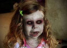 une petite fille maquillée comme une vampire