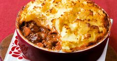 Slow-cooked beef pie with sour cream mash - Slow-cooked rich beef pie with sour cream mash - Slow Cooker Recipes, Crockpot Recipes, Cooking Recipes, Crockpot Dishes, Slow Cooking, Sour Cream, Beef Pies, Mash Recipe, Slow Cooked Beef