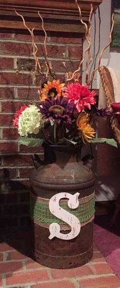 Vieja lata de leche w flores caída rústica decoración de la boda