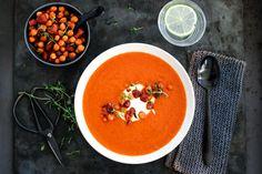 TOMAT- OG PAPRIKASUPPE MED CHORIZO OG KIKERTER Chorizo, Soup Recipes, Thai Red Curry, Cravings, Dinner, Ethnic Recipes, Food, Soups, Essen