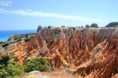 Las mejores playas del Algarve - via Adictos a los Viajes 07.08.2015 | Muchas de estas playas han sido catalogadas como las mejores playas de Portugal, y no es de extrañar, pues la mayoría de ellas son lugares pintorescos y de gran belleza. #algarve #portugal #viajes #turismo Foto: Formaciones rocosas cerca de la Praia da Marinha, Algarve