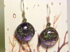 A pair of earrings in dichroic glass fused on violet Murano glass.