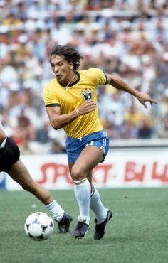 Eder in action for Brazil during the FIFA World Cup match between Argentina and Brazil at the Estadio Sarria in Barcelona July 1982 Brazil won 31 God Of Football, Legends Football, Football Images, Retro Football, Vintage Football, Sport Football, Football Art, 1982 World Cup, Fifa World Cup