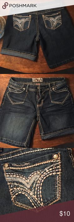 Bermuda Shorts Stiched accents front and back. Barely worn. Appollo Shorts Bermudas