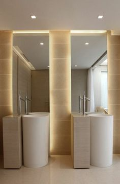 miroir éclairant salle de bain espace divisé en deux zones lavabos de forme ronde accentuées de deux leds de forme carrée