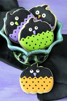 Halloween party treats / cookies:  lots of great decorating ideas using pumpkin cookie cutters