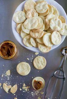 Alfajores de hojarasca con manjar   En Mi Cocina Hoy Pretzel Bites, Nutella, Keto, Bread, Cookies, Vegetables, Breakfast, Sweet, Food