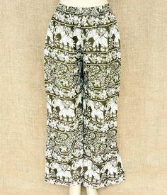 Aquela calça larguinha e com a estampa que você ama está aqui!  Vários modelos por R$ 6490  Na foto: branca e musgo.  Saiba mais no nosso whats: 13 982166299