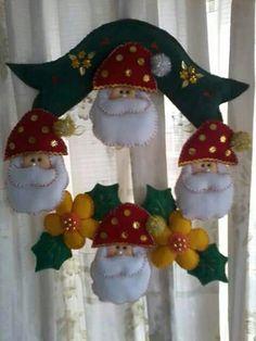 Felt Christmas Decorations, Christmas Stockings, Christmas Wreaths, Xmas, Christmas Ornaments, Holiday Decor, Felt Wreath, Christmas Projects, Diy And Crafts