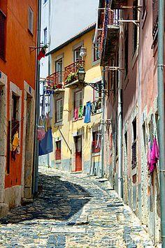 Rua estreita colorida de Portugal - Lisbon, Portugal