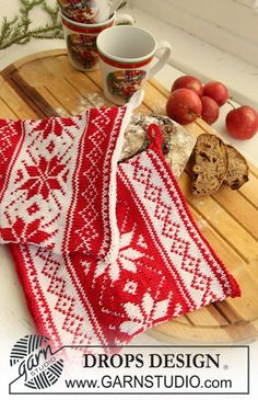 "Poinsettias in the Snow - Knitted DROPS pot holders with Nordic pattern for Christmas in ""Muskat"". - Free pattern by DROPS Design Drops Design, Fair Isle Knitting Patterns, Christmas Knitting Patterns, Scarf Patterns, Double Knitting, Free Knitting, Finger Knitting, Laine Drops, Garnstudio Drops"