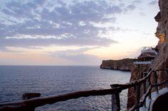 Cova d'en Xoroi Night Club Sunset Blog Voyage, Night Club, Celestial, Sunset, Beach, Water, Outdoor, Tourism, Sunsets