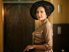 Galerías Velvet Pilar vestido marrón. Capítulo 1. Cristina Plazas vía http://www.antena3.com/series/velvet/fotos/