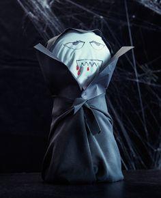 Eine selbst gemachte Dracula-Dekoration, u. a. aus DITTE Meterware schwarz