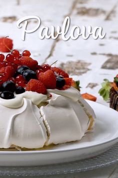 Looking for an elegant dessert to serve at your next dinner party? This pavlova is an easy recipe, perfect for a crowd. A classic Australian dessert, the pavlova is definitely a show stopper. This is a gorgeous dessert for all year round, Australian Pavlova Recipe, Australian Desserts, Sweet Recipes, Cake Recipes, Dessert Recipes, Bolo Pavlova, Mini Pavlova, Strawberry Pavlova, Elegant Desserts