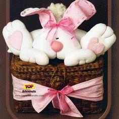 ♥ Como fazer uma coelha na cesta - Páscoa http://topartesanato.com/coelha-na-cesta/  #artesanato #pascoa