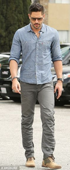 Joe Manganiello cuts a suave and clean cut figure in Beverly Hills joe manganiello, good god!- for all those who like tall, cut, huge guys! Outfits Casual, Mode Outfits, Casual Clothes, Dress Casual, Mode Masculine, Mode Swag, Jeans Und Sneakers, Look Jean, Outfit Essentials