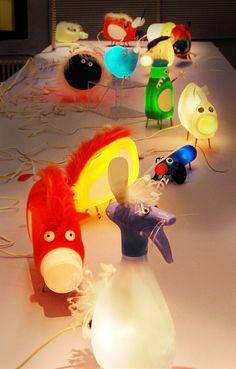 """Mi """"flechazo"""" de esta semana han sido unas divertidísimas lámparas hechas con botellas de plástico recicladas ...     Apagadas, adornan cu..."""