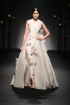 46 ideas embroidery designs indian fashion couture week for 2019 Indian Blouse Designs, Kurta Designs Women, Saree Blouse Designs, Lehenga Designs, India Fashion Men, Indian Fashion, Fashion Women, Japan Fashion, Anamika Khanna