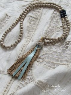 Sautoir en perles de bois beige naturel et magnifique pompon beige style hippie chic : Collier par la-nouvelle-orientale