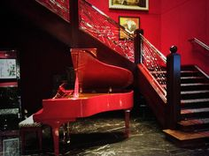 Dramatic red piano next to the staircase at the lobby of the @Four Seasons Hotel London at Park Lane #FriFotos #Stairs #london #travel pic.twitter.com/bVg6Zyl8NJ