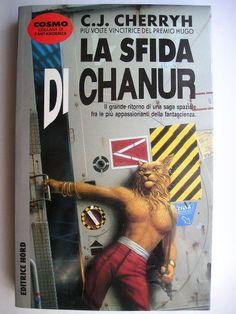 """Il romanzo """"La sfida di Chanur"""" (""""Chanur's Venture"""") di C.J. Cherryh è stato pubblicato per la prima volta nel 1984. È il secondo romanzo del ciclo di Chanur e segue """"L'orgoglio di Chanur"""". In Italia è stato pubblicato dall'Editrice Nord nel n. 236 di """"Cosmo Argento"""" nella traduzione di Gianluigi Zuddas. Immagine di copertina di Michael Whelan ripresa nell'edizione italiana. Clicca per leggere una recensione di questo romanzo!"""