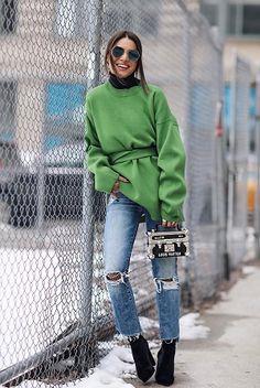 O veludo é tendência certa também para os calçados. Confira looks com o tecido hit do inverno 2017.