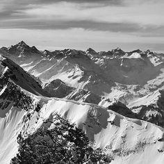 """""""Ho cominciato a rendermi conto che si può ascoltare il silenzio e imparare da esso. Ha una qualità e una dimensione tutta sua"""". (Chaim Potok)  Giorni di silenzio per il cuore e i polmoni sperando di riportarsi a casa un pezzo di questo cielo.  #silenzio #chiampotok #montagna #climbing #luci #ombre #pietrovaghi  #blackandwhite #silence #episode 1/3  --- instagram: @pietrovaghi fb: pietrovaghi twitter: pietrovaghi www.pietrovaghi.it"""