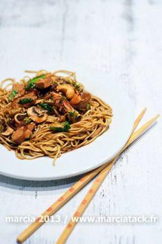 Nouilles chinoises, poulet choux de bruxelles et champignons