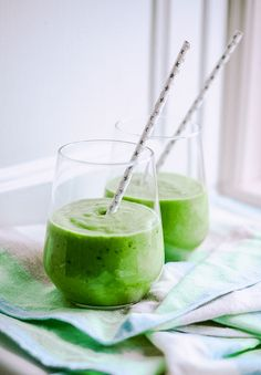 how to make a green smoothie Easy Green Smoothie Recipes, Green Detox Smoothie, Raspberry Smoothie, Smoothie Prep, Juice Smoothie, Veggie Smoothies, Clean Eating Snacks, Healthy Snacks, Healthy Recipes
