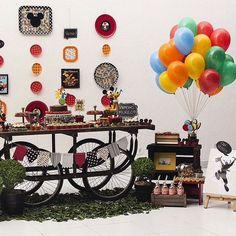 Amo essa festa Mickey, super charmosa! Mesa carroça, painel fofo, bandeirolas, balões coloridos, folhonas no chão... tudo lindo por @poafestasecraft ❤️💛 #kikidsparty . . . . . . #kids #festainfantil #kidsparty #instaparty  #party #partyideas #love #inspiracoes #dicas #ideias #birthday #instamood #partykids #decor #decoracaofesta #instadaily #kikidsmickey #mickeyparty #festamickey #mickey #instagood