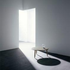 Réalisée en marbre blanc italien, cette lampe à poser allie des matériaux de qualité et de superbes formes géométriques. La lumière vient s'insérer en toute discrétion dans votre intérieur.