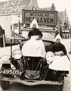 Tijdschrift Het Leven : Auto, onderdeel van de 11 provincieëntocht van Het Leven, met twee kinderen in klederdracht erop voor hotel Spaander in Volendam. Nederland, 1932.
