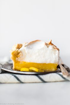 Learn how to make classic lemon meringue pie with a creamy and sweet lemon filling delicious meringue and homemade flaky pie crust! Lemon Recipes, Tart Recipes, Baking Recipes, Köstliche Desserts, Delicious Desserts, Dessert Recipes, Lemon Desserts, Homemade Pie Crusts, Lemon Meringue Pie