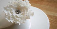 DIY Cake Decorating – Ruffled Rose Tutorial by Mignon of Cake Face Cake Decorating Roses, Cake Decorating Techniques, Cake Decorating Tutorials, Cookie Decorating, Fondant Flower Tutorial, Fondant Flowers, Sugar Flowers, Sugar Rose, Tutorial Rosa