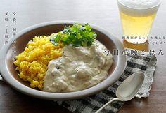 ヨーグルトチキンカレーのレシピ。 数種のスパイスを使った本格的ながら、見た目が白くギャップも楽しい一品。黄色いターメリックライスと一緒にどうぞ。