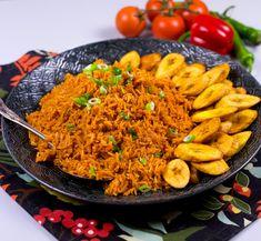 Jollof rice är en smakrik och kryddig risrätt från Väst Afrika. Risetkan tillagas på olika sätt och kan innehålla allt från grönsaker, fisk till kyckling. Mitt recept är inspirerat av Ghanas version av jollof rice. Jag gjorde mitt ris vegetariskt och serverade det med friterade kokbananer. Åh så gott det blev! Min mamma lagade ofta denna rätt till oss när vi var små och jag älskade den lika mycket då som jag gör idag. 8 portioner Jollof rice 10 dl långkornigt ris eller basmatiris 3 st…