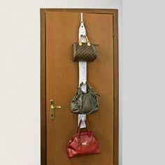 Nell'armadio o dietro la porta, l'idea che riporta l'ordine e facilita nella scelta della borsa!  Ad ogni occasione la sua borsa... ma dove metterle? Appendendole a questo pratico appendi-borse in tessuto: ideale dentro l'armadio, ma perfetto anche dietro la porta della tua camera, può portarne fino a 8.  Nella confezione 2 ganci, per porta e per barra armadio.