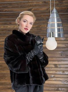 Short mink jacket in Black. Pantyhose Fashion, Gloves Fashion, Fur Fashion, Leather Fashion, Fashion Women, Sexy Outfits, Chic Outfits, Mink Jacket, Fur Clothing