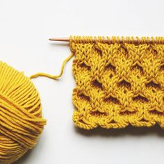Le point cloqué - the classic aran honeycomb stitch — trust the mojo Knitting Stiches, Easy Knitting Patterns, Crochet Patterns For Beginners, Loom Knitting, Hand Knitting, Stitch Patterns, Simple Knitting, Loom Patterns, Beginner Knitting Projects
