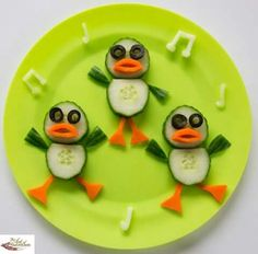 Fun food art Dancing Ducks - Fun, healthy, creative food for kids big and small Sooo sweet:) Cute Snacks, Snacks Für Party, Good Healthy Snacks, Healthy Meals For Kids, Cute Food, Kids Meals, Good Food, Funny Food, Fruit Snacks