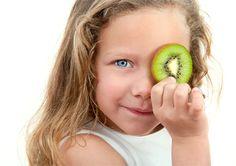Kiwi este una dintre cele mai bogate surse de vitamina C. Consumul fructului de kiwi in anotimpul rece ajuta la stimularea sistemului imunitar intr-un mod natural. Kiwi, Clean Diet, Bebe