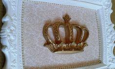 Quadrinho em moldura de gesso com aplique de coroa na cor dourada. <br> <br>Medidas do quadro: 28cm (C) x 23cm (L) <br> <br>O fundo pode ser feito em outras estampas bem como os apliques também. <br> <br>Para alterações, consultar o vendedor.