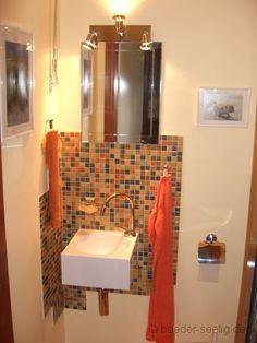 Quadratische Gestaltung - Spiegel, Mosaik und Waschbecken.