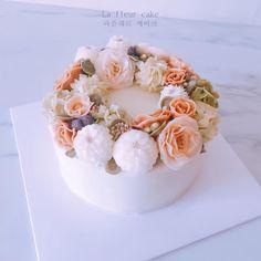 La Fleur Cake_ . . . . #꽃#꽃케익#플라워#플라워케익#버터크림플라워#수국#리시안셔스#다일리아#블루베리#케이크#꽃스타그램#class#flower#flowercake#wedding#buttercream#buttercreamflower#rose#flowerphoto#party#dahlia#Lisianthus#photo#lafleur#wilton