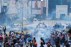 Mientras en la @OEA_oficial los cancilleres hablan sobre la situación de Venezuela la dictadura reprime al pueblo que protesta en paz.